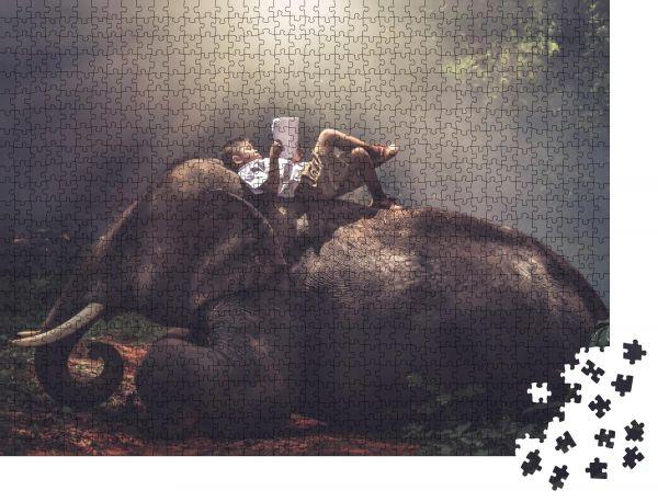 """Puzzle-Motiv """"Ein Junge in Schuluniform schläft und liest ein Buch auf dem Rücken eines Elefanten im Dschungel"""" - Puzzle-Schachtel zu 1000 Teile Puzzle"""