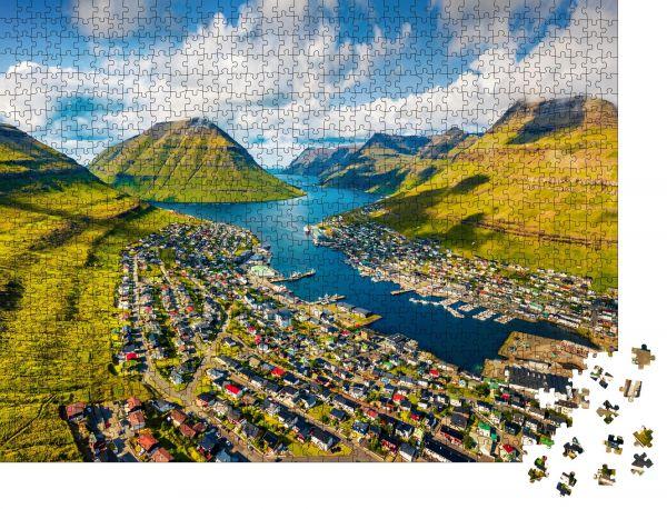 """Puzzle-Motiv """"Blick von der fliegenden Drohne aus Sonniges Sommerstadtbild der Stadt Klaksvik"""" - Puzzle-Schachtel zu 1000 Teile Puzzle"""