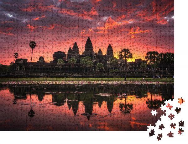"""Puzzle-Motiv """"Wunderschöner Sonnenaufgang mit farbenfrohem Himmel am Angkor Wat (bedeutet """"Tempelstadt"""")"""" - Puzzle-Schachtel zu 1000 Teile Puzzle"""