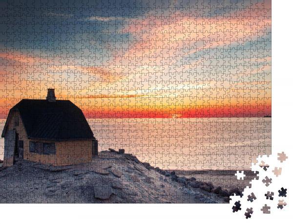 """Puzzle-Motiv """"Schönes Haus in typischer gelber Farbe am Strand mit Meerblick bei farbigem Sonnenuntergang"""" - Puzzle-Schachtel zu 1000 Teile Puzzle"""