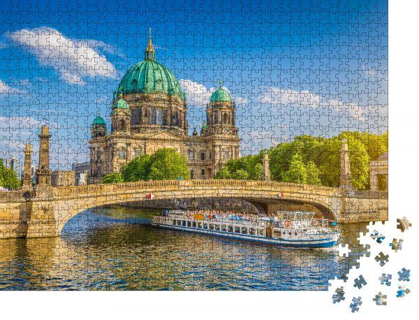 """Puzzle-Motiv """"Schöner Blick auf den historischen Berliner Dom auf der berühmten Museumsinsel mit Ausflugsboot auf der Spree im schönen Abendlicht bei Sonnenuntergang im Sommer"""" - Puzzle-Schachtel zu 1000 Teile Puzzle"""
