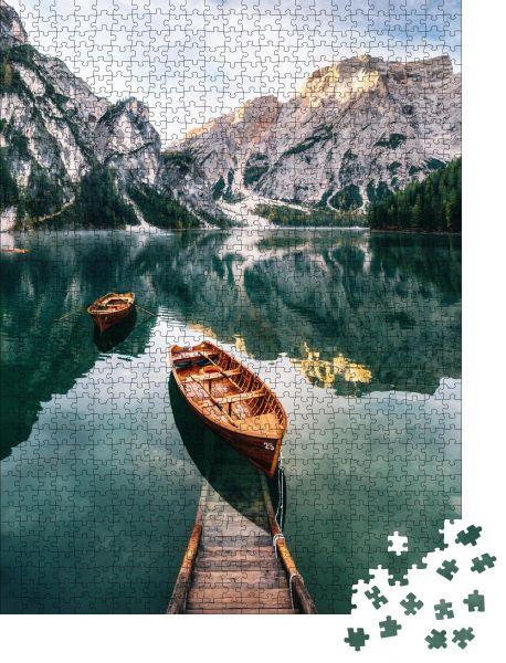 """Puzzle-Motiv """"Boots- und Slipanlage im Pragser Wildsee mit Kristallwasser im Hintergrund des Seekofels in den Dolomiten am Morgen"""" - Puzzle-Teile zu 1000 Teile Puzzle"""