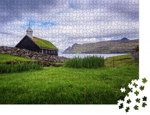 """Puzzle-Motiv """"Kleine schwarze Holzkirche im Dorf Funningur am Meeresufer"""" - Puzzle-Schachtel zu 1000 Teile Puzzle"""