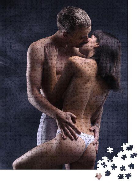"""Puzzle-Motiv """"Schönes, sexy verliebtes Paar. Beide in Unterwäsche. Foto im Dunkeln mit Rauch auf dem Hintergrund"""" - Puzzle-Schachtel zu 1000 Teile Puzzle"""