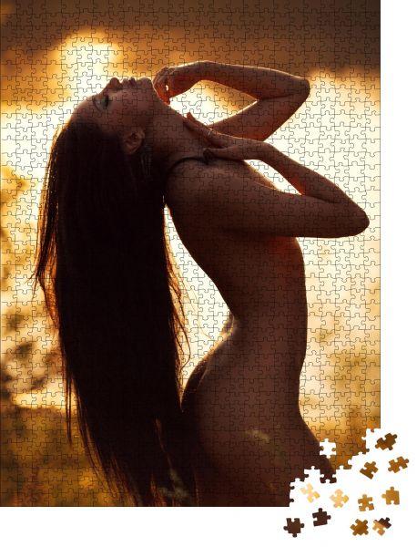 """Puzzle-Motiv """"Porträt eines nackten Mädchens auf einem See. In den Strahlen des Sonnenuntergangs"""" - Puzzle-Schachtel zu 1000 Teile Puzzle"""