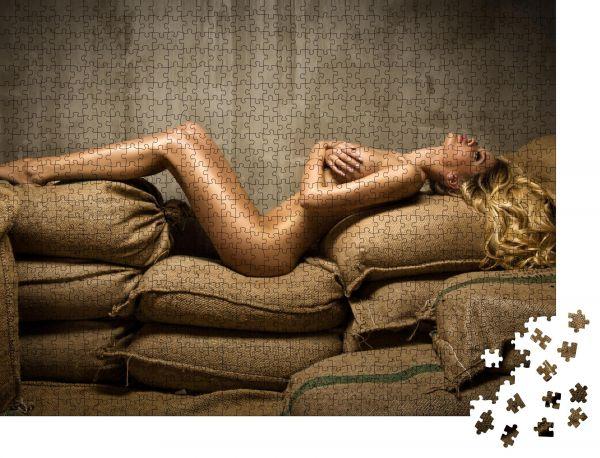 """Puzzle-Motiv """"Sexy fitte nackte Frau auf Sackleinen"""" - Puzzle-Schachtel zu 1000 Teile Puzzle"""