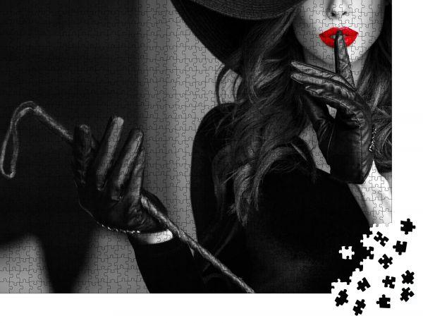 """Puzzle-Motiv """"Sexy dominante Frau mit Hut und Peitsche, die kein Gespräch in Nahaufnahme zeigt, BDSM"""" - Puzzle-Schachtel zu 1000 Teile Puzzle"""