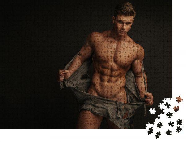 """Puzzle-Motiv """"Muskulöser nackter Mann, der sein Hemd auszieht"""" - Puzzle-Schachtel zu 1000 Teile Puzzle"""