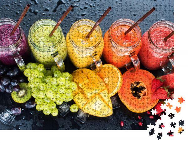 """Puzzle-Motiv """"Frische Farbsäfte Weichviolett Grün Gelb Orange Rot aus tropischen Früchten Kiwi Wassermelone Erdbeere Apfel Orange Banane Kiefer Apfel Mango Granatapfel Traubenflaschen Regenbogen Dunkler Hintergrund"""" - Puzzle-Schachtel zu 1000 Teile Puzzle"""