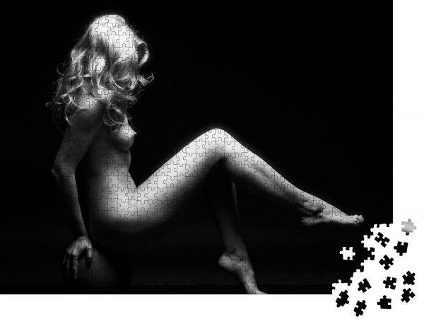 """Puzzle-Motiv """"Nackt sexy sinnliches Mädchen sitzt auf einem Kürbis in dunkel auf schwarzem Hintergrund Kunst nackt"""" - Puzzle-Schachtel zu 1000 Teile Puzzle"""