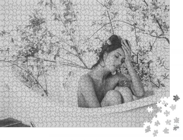 """Puzzle-Motiv """"Sexy Frau in der Badewanne bei Frühlingsblüte, Spa Frühlingserholung im Bad"""" - Puzzle-Schachtel zu 1000 Teile Puzzle"""