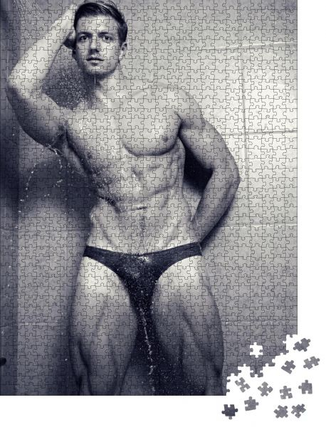 """Puzzle-Motiv """"Schwarz-Weiß-Bild eines attraktiven muskulösen Mannes im schwarzen Bikini-Slip, unter der Dusche"""" - Puzzle-Schachtel zu 1000 Teile Puzzle"""