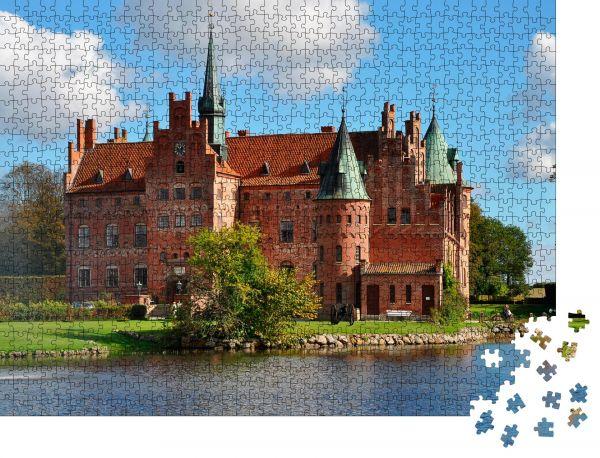"""Puzzle-Motiv """"Schloss Egeskov, Wahrzeichen des Märchenschlosses in Dänemark"""" - Puzzle-Schachtel zu 1000 Teile Puzzle"""