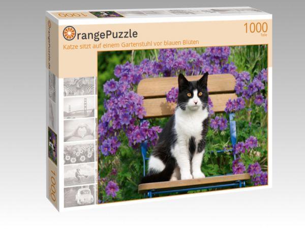 """Puzzle Motiv """"Katze sitzt auf einem Gartenstuhl vor blauen Blüten"""" - Puzzle-Schachtel zu 1000 Teile Puzzle"""