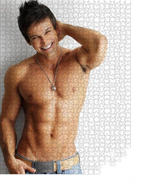 """Puzzle-Motiv """"Sexy lächelndes, hemdloses männliches Model flirtet vor weißem Hintergrund"""" - Puzzle-Schachtel zu 1000 Teile Puzzle"""