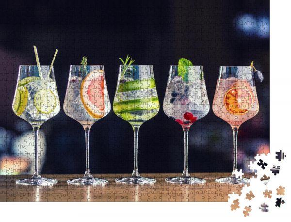 """Puzzle-Motiv """"Fünf farbenfrohe Gin Tonic Cocktails in Weingläsern auf der Theke im Welpen- oder Restaurant"""" - Puzzle-Schachtel zu 1000 Teile Puzzle"""