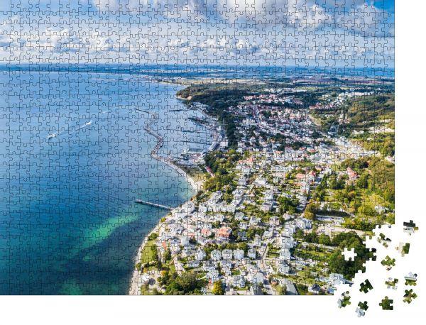 """Puzzle-Motiv """"Vogelperspektive auf die Stadt Sassnitz am Rande des Nationalparks Jasmund"""" - Puzzle-Schachtel zu 1000 Teile Puzzle"""