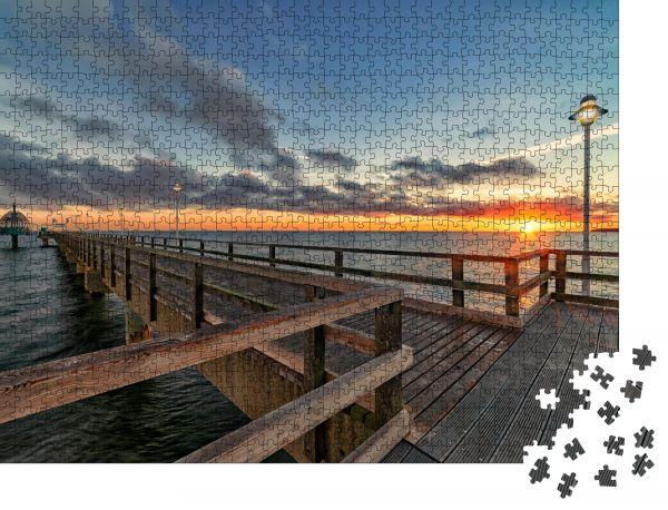 """Puzzle-Motiv """"Ostseepier Zinnowitz auf der Insel Usedom mit Tauchglocke bei Sonnenaufgang - Besondere Architektur Aufnahme mit 14 mm Weitwinkel im Vollformat"""" - Puzzle-Schachtel zu 1000 Teile Puzzle"""