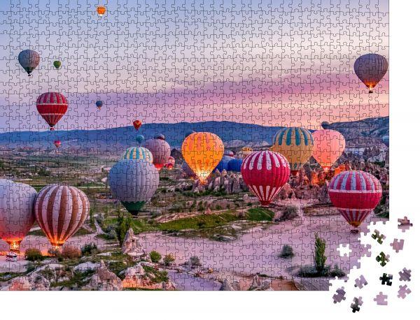 """Puzzle-Motiv """"Bunte Heißluftballons vor dem Start im Goreme Nationalpark, Kappadokien, Türkei"""" - Puzzle-Teile zu 1000 Teile Puzzle"""