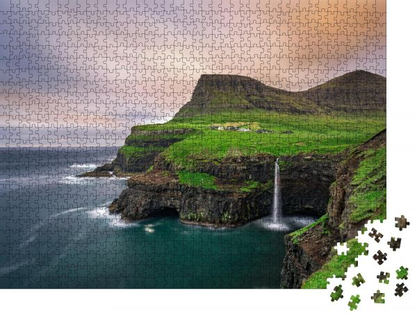 """Puzzle-Motiv """"Gasadalur Dorf und sein legendärer Wasserfall, Vagar, Färöer Inseln, Dänemark"""" - Puzzle-Schachtel zu 1000 Teile Puzzle"""