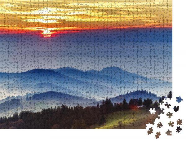 """Puzzle-Motiv """"Dramatischer Sonnenuntergang über dem Schwarzwald in Deutschland. Szenischer Reisehintergrund"""" - Puzzle-Motiv zu 1000 Teile Puzzle"""