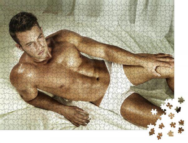 """Puzzle-Motiv """"Gutaussehender nackter Mann, der in einem Bett liegt"""" - Puzzle-Schachtel zu 1000 Teile Puzzle"""