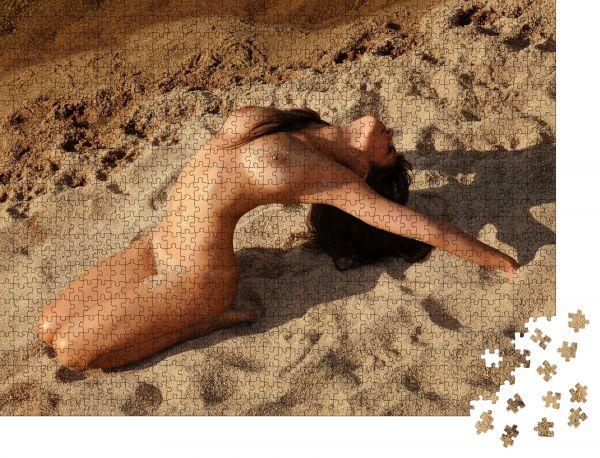 """Puzzle-Motiv """"Sexy und schöne brünette Frau nackt am Strand am Fluss"""" - Puzzle-Schachtel zu 1000 Teile Puzzle"""