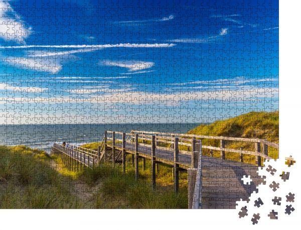 """Puzzle-Motiv """"Holztreppe und blauer Himmel zwischen Dünen und hohem Gras an der Nordseeküste in Belgien"""" - Puzzle-Schachtel zu 1000 Teile Puzzle"""