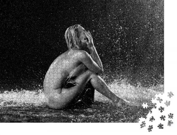 """Puzzle-Motiv """"Nackte Frau, die im Regen auf dem Boden sitzt. Schwarz auf Weiß. Photographie Retuscheurin"""" - Puzzle-Schachtel zu 1000 Teile Puzzle"""