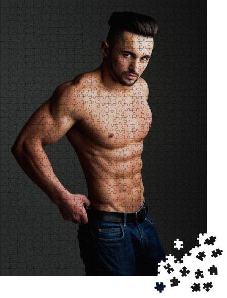"""Puzzle-Motiv """"Mann mit muskulösem Körper und nackter Brust oder Trainer Sportler in Jeans auf grauem Hintergrund"""" - Puzzle-Schachtel zu 1000 Teile Puzzle"""